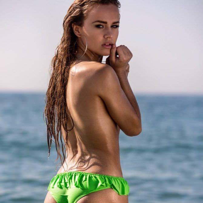 Рози Мак фото в зелёном бикини