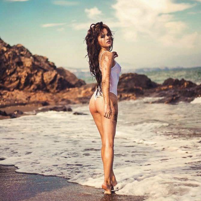 Рози Мак фото на пляже в белом купальнике