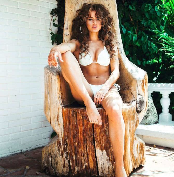 Рози Мак фотография на деревянном троне