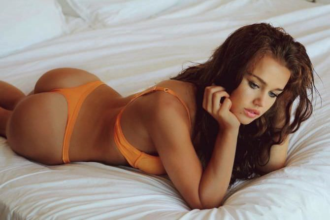 Рози Мак фотов оранжевом комплекте