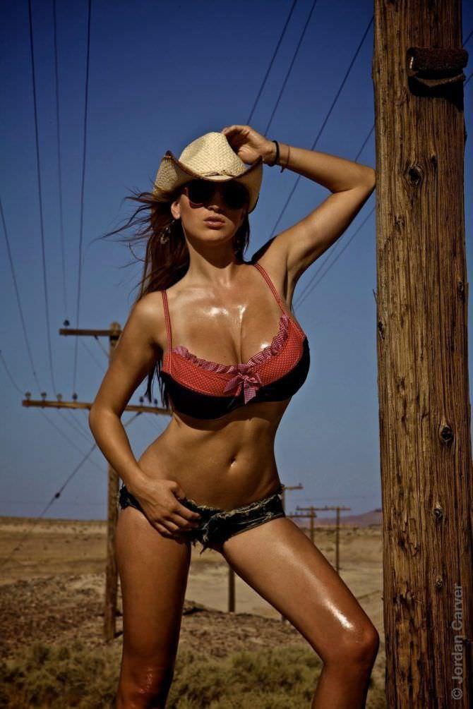Джордан Карвер фотосессия в ковбойской шляпе