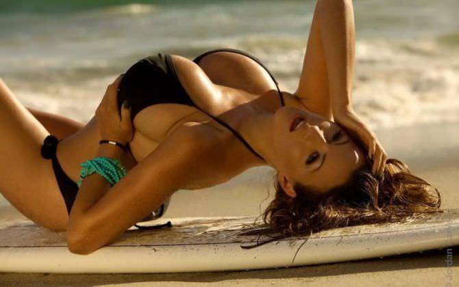 Джордан Карвер фото в чёрном бикини на пляже