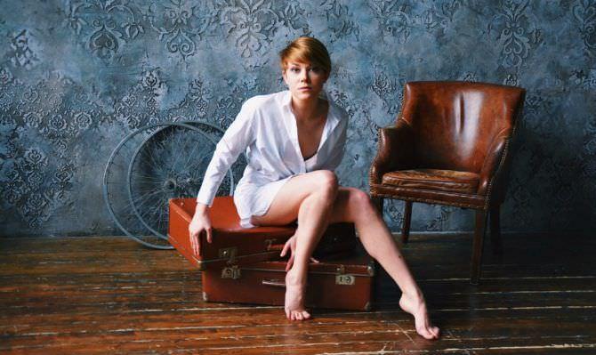 Мария Пирогова фотов  рубашке на чемоданах