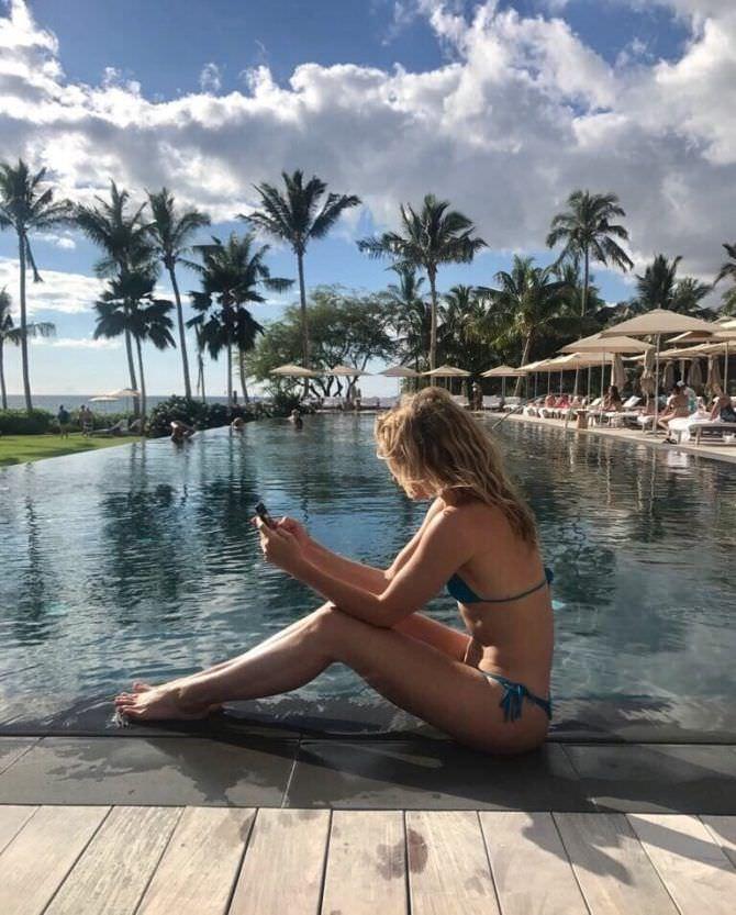 Шантель Вансантен фотография в куплаьнике с телефоном
