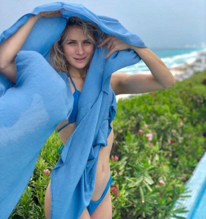 Шантель Вансантен фотография с голубым платком