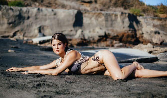 Аманда Черни фотография на пляже в бикини