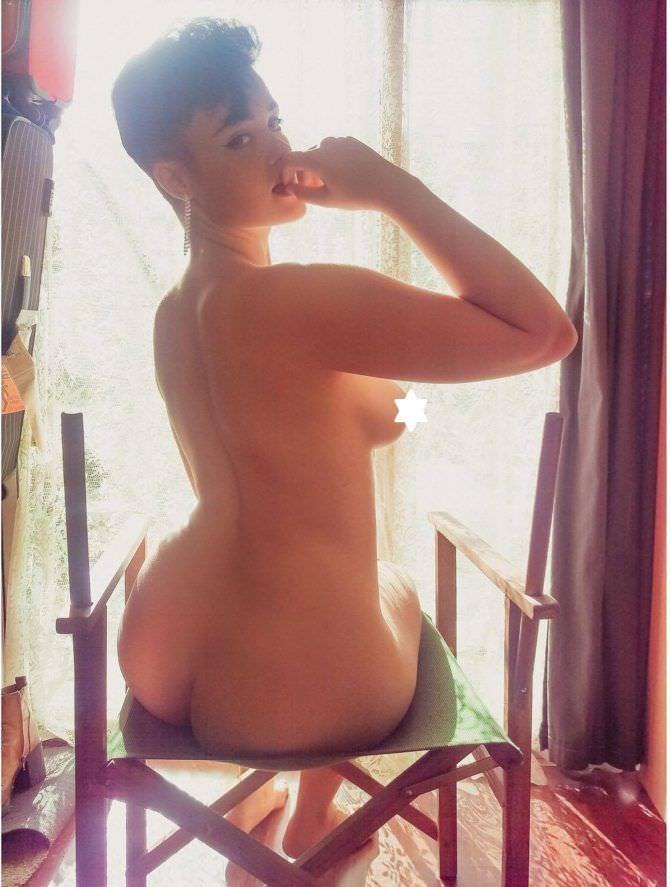Стефания Феррарио фото на стуле