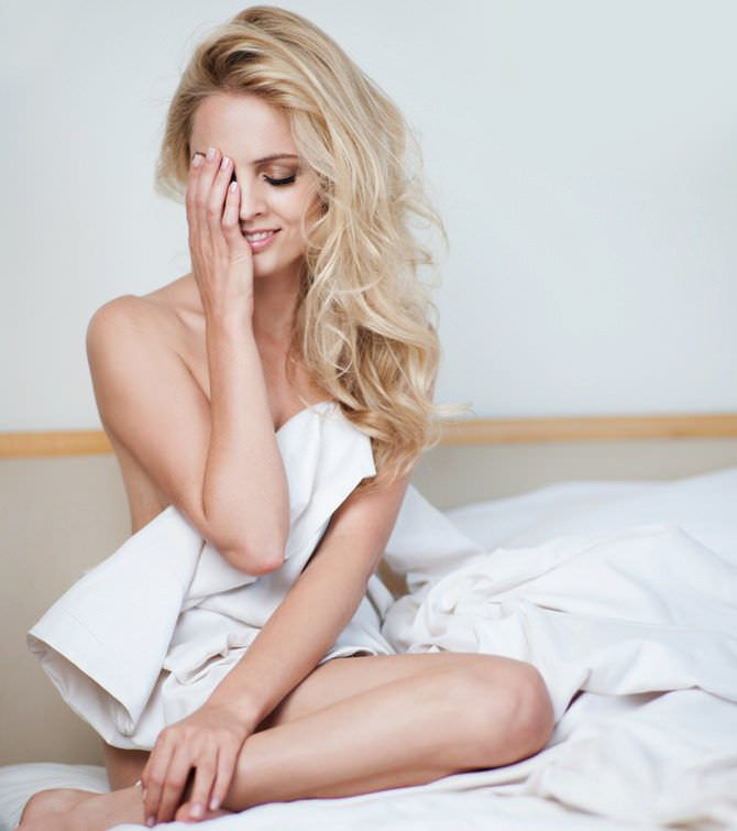 Янина Студилина фото в постели с одеялом