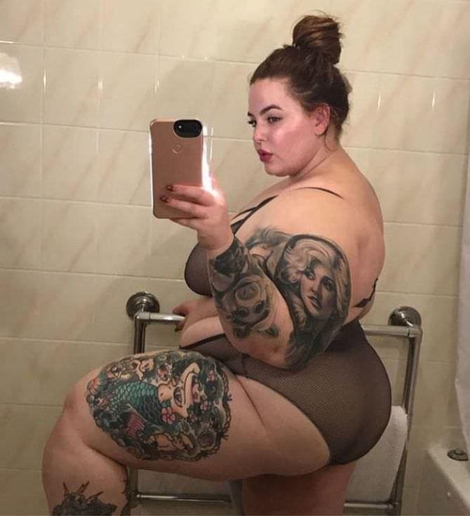 Тесс Холлидей фото в зеркале в ванной