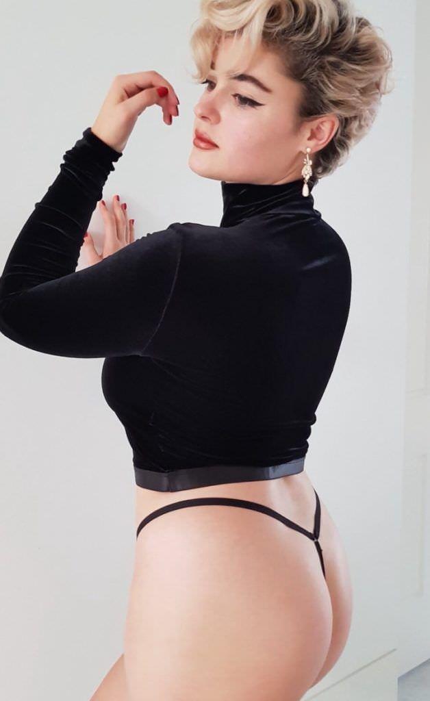Стефания Феррарио фотография в кофте и стрингах
