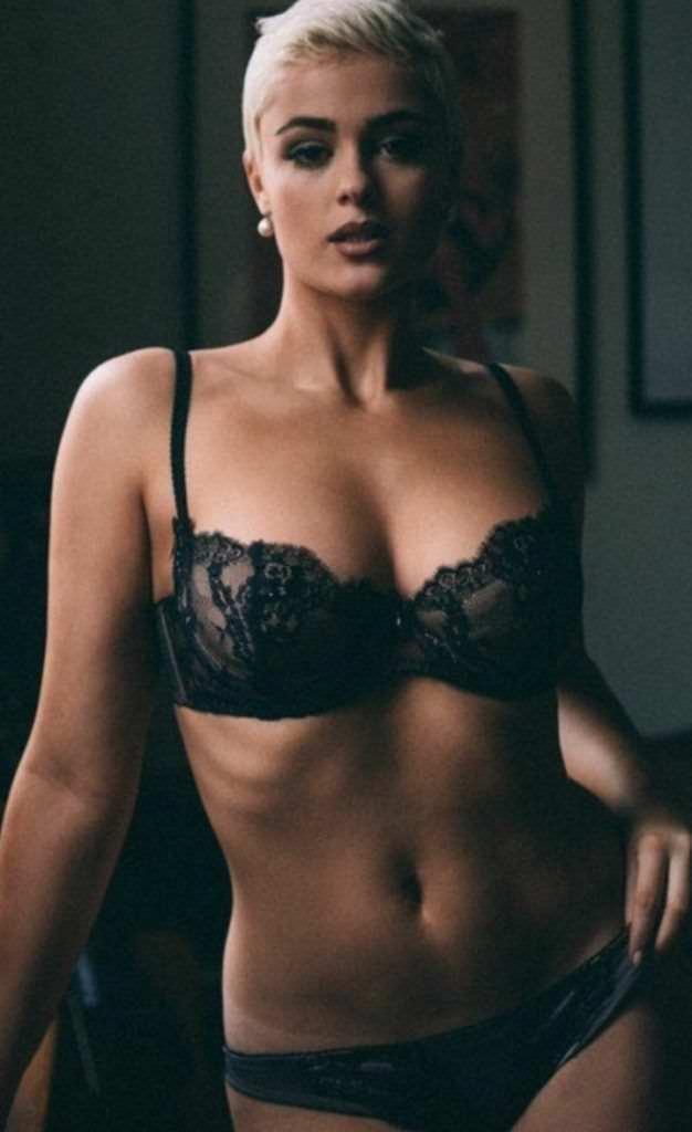 Стефания Феррарио фото в чёрном белье