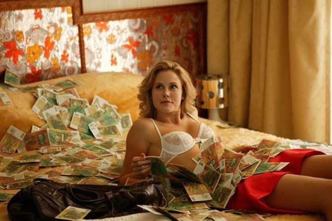 Анна Хатчисон фото из фильма в белье на постели