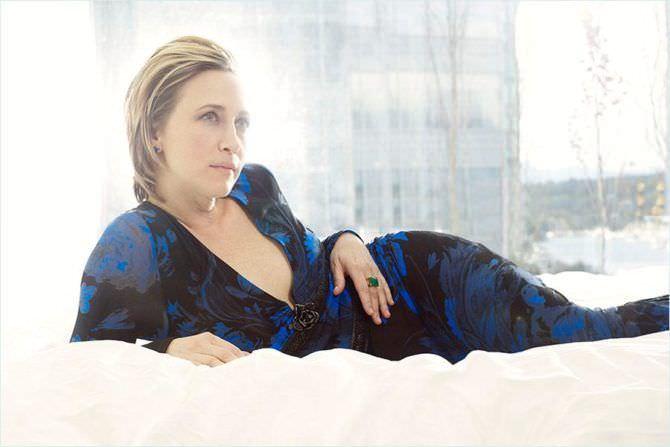 Вера Фармига фотография в синем платье