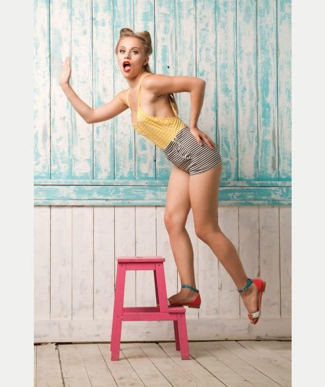 Виктория Клинкова фотография в стиле пин-ап в шортах