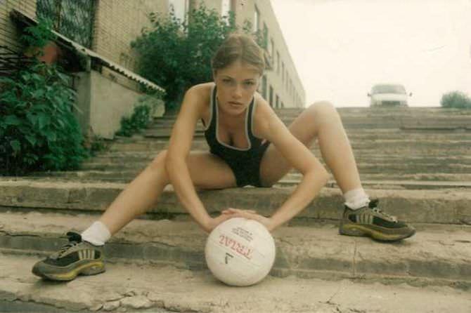 Виктория Маслова фото с мячиком в шортах