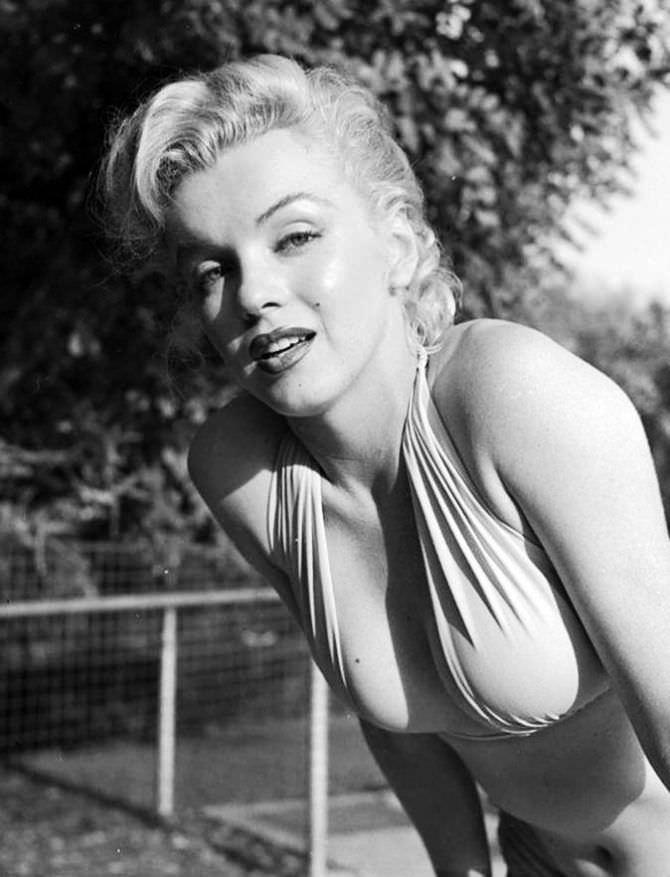 Мэрилин Монро чёрно-белое фото в купальнике