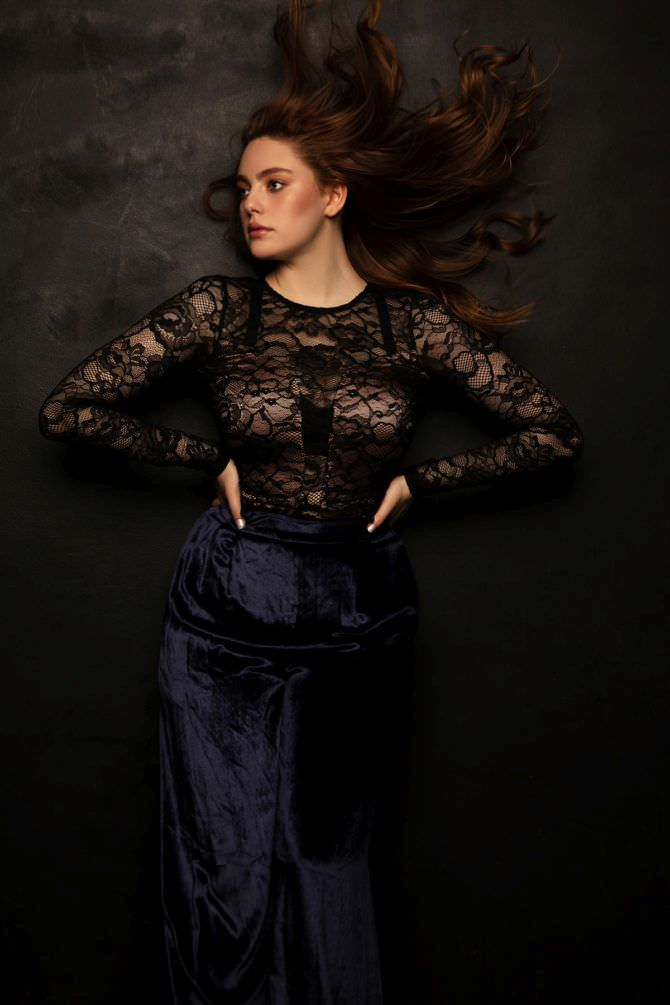 Даниэль Роуз Расселл фотосессия в кружевной блузке