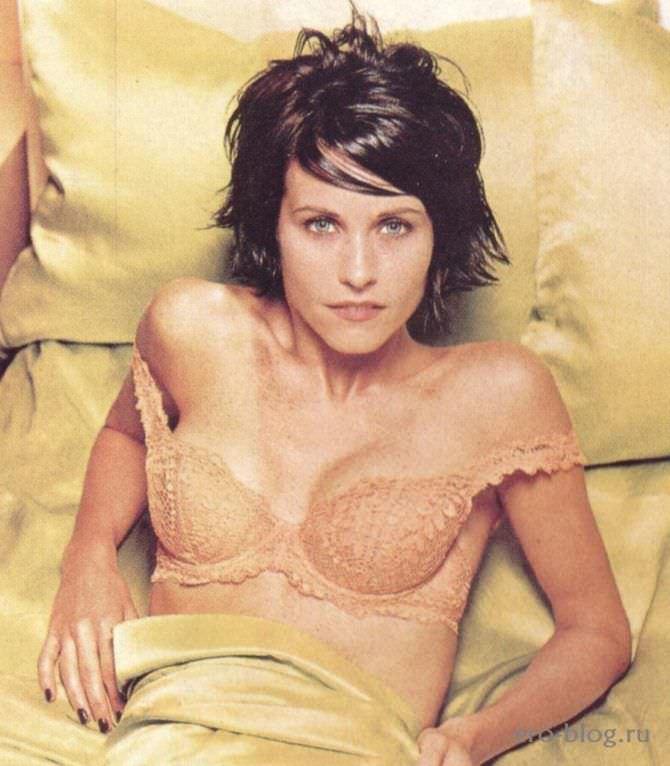 Кортни Кокс фото в белье под одеялом