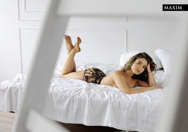Юлия Маргулис фото на кровати