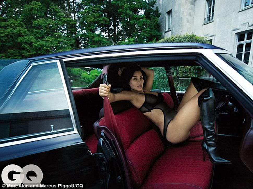 Ким Кардашян фото в машине