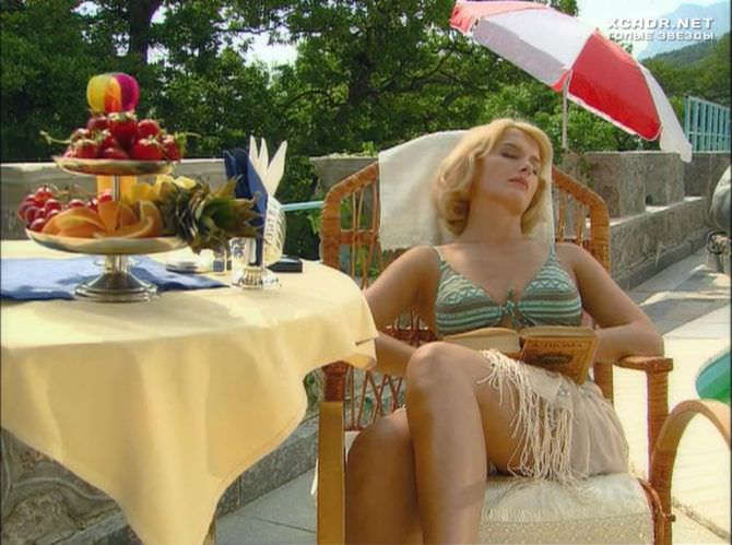 Мария Порошина кадр из фильма в купальнике