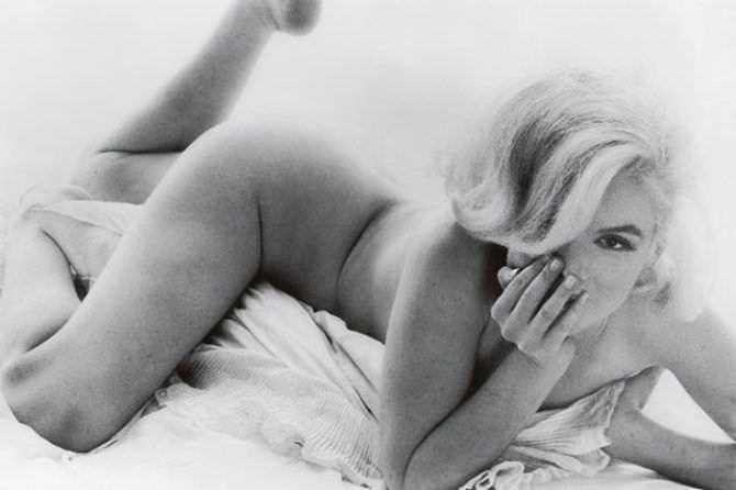Мэрилин Монро откровенное фото в постели