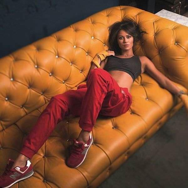 Анна Кастерова фото на диване
