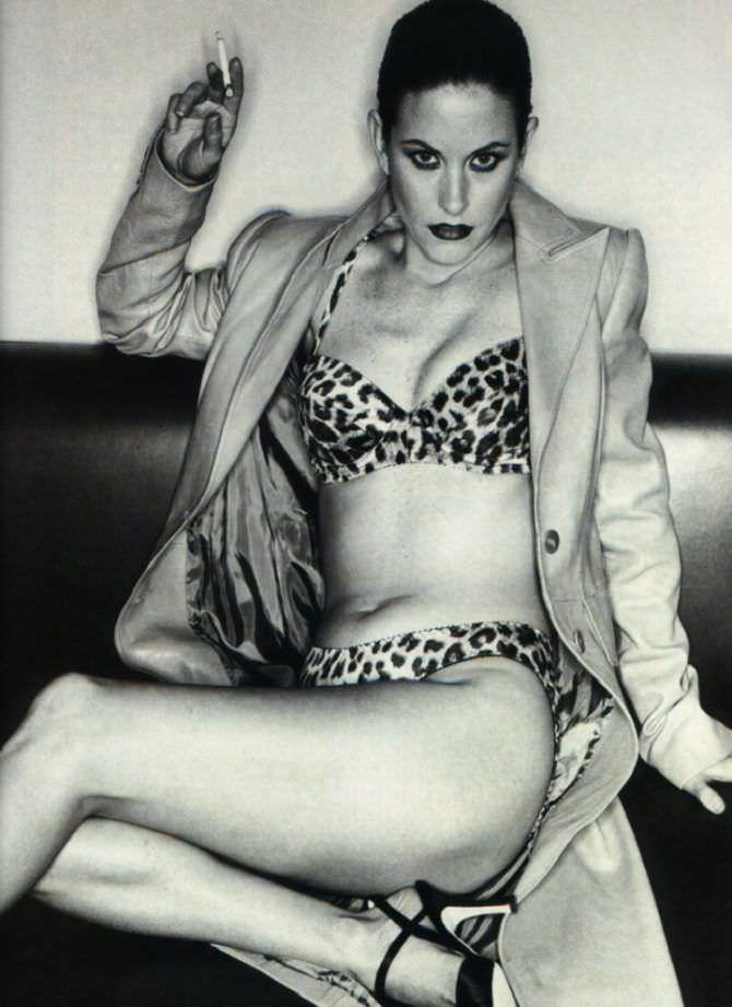 Кортни Кокс фотография в бикини и плаще