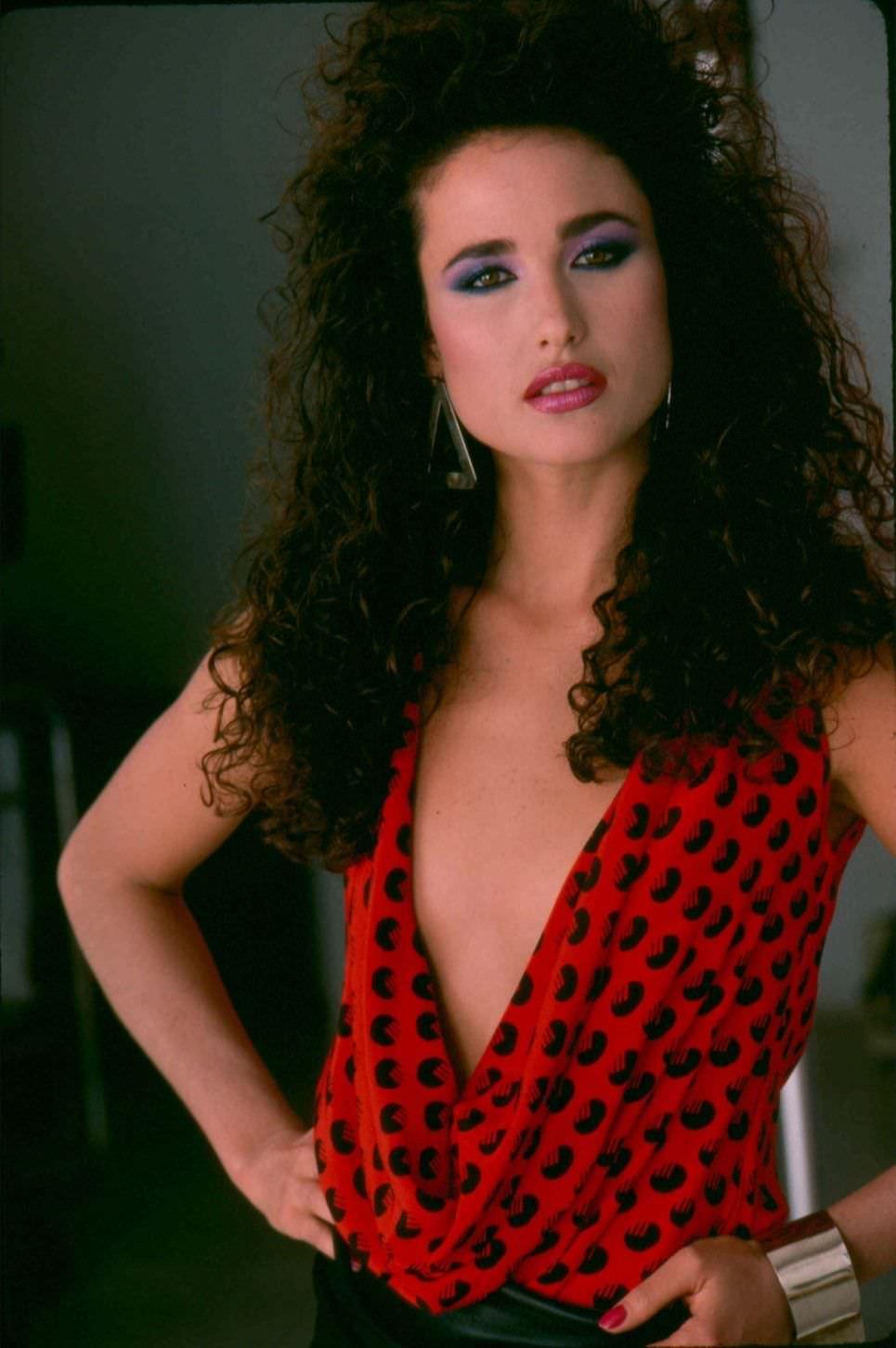 Энди МакДауэлл фото с ярким макияжем