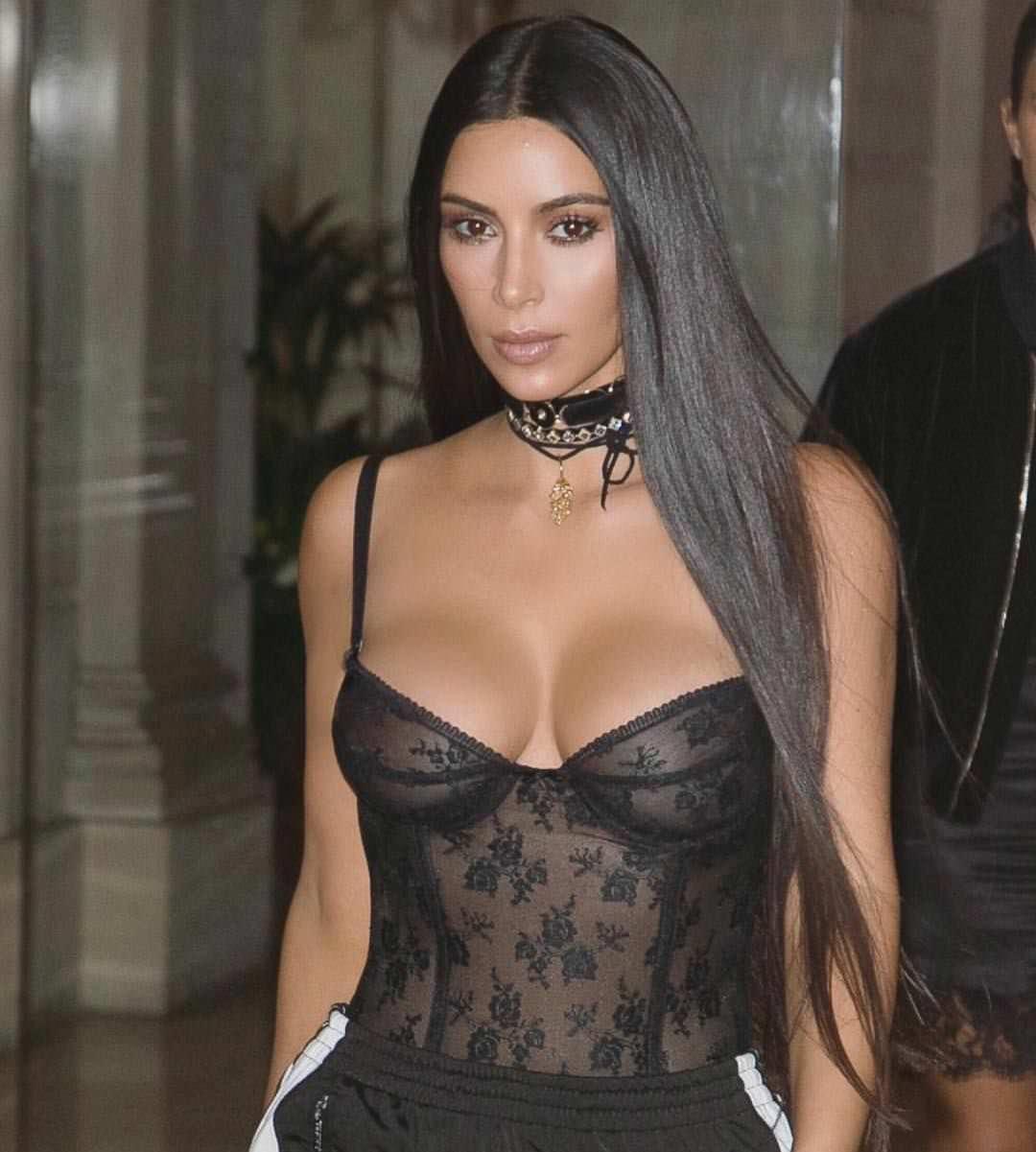 Ким Кардашян фото в корсете