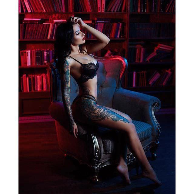 Анжелика Андерсон фото на кресле
