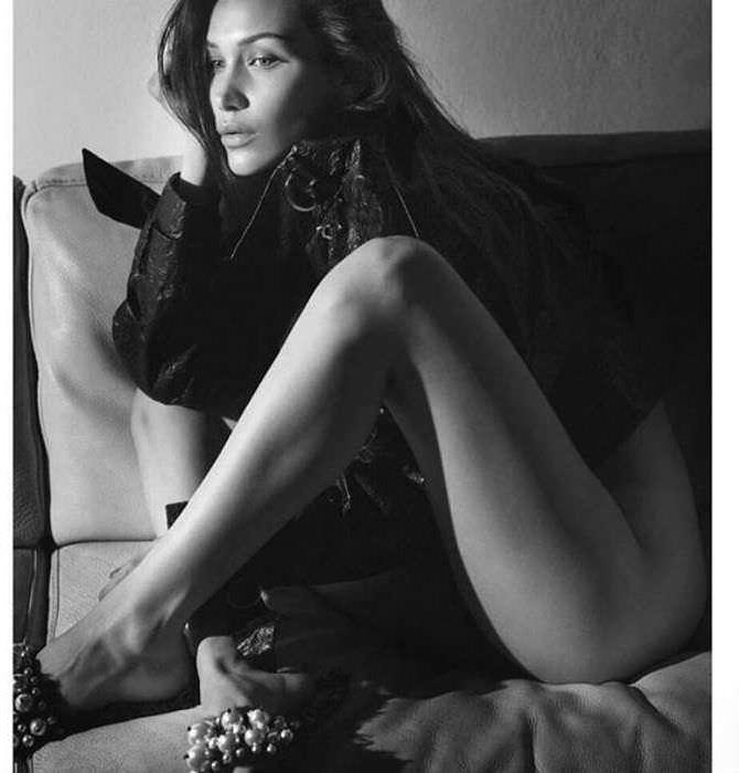 Белла Хадид фотография на кожаном диване