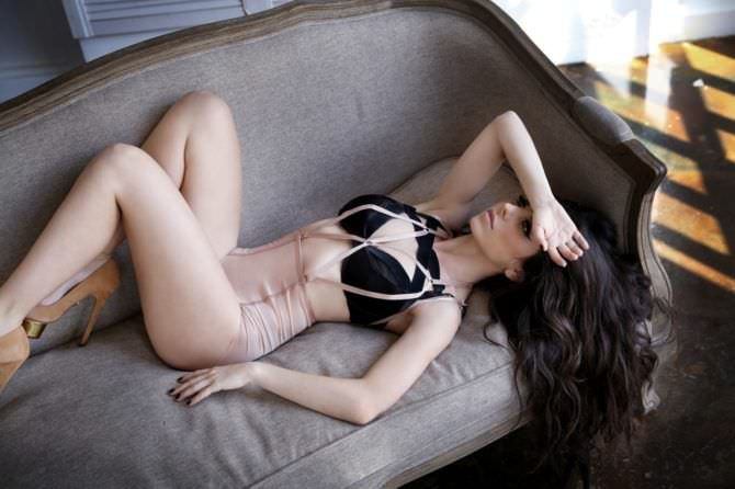 Анна Плетнёва фото в нижнем белье на диване
