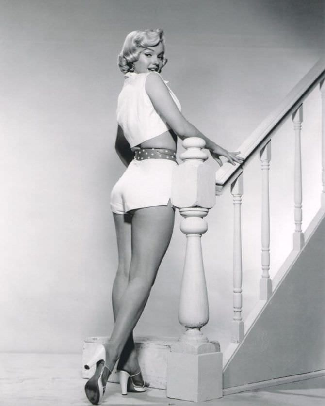 Мэрилин Монро фотов шортах на лестнице