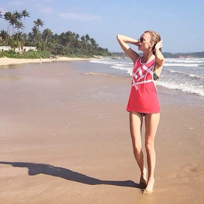 Надежда Сысоева фото в футболке на пляже