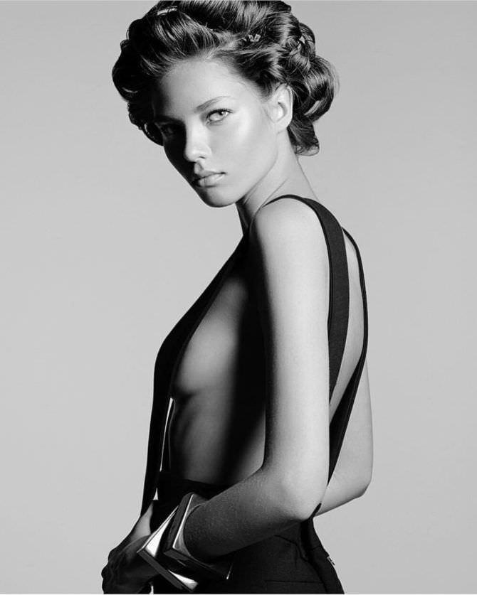 Алеся Кафельникова чёрно-белая фотосессия в брюках