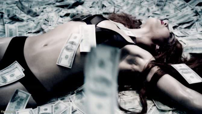 Нуми Рапас кадр в нижнем белье в деньгах