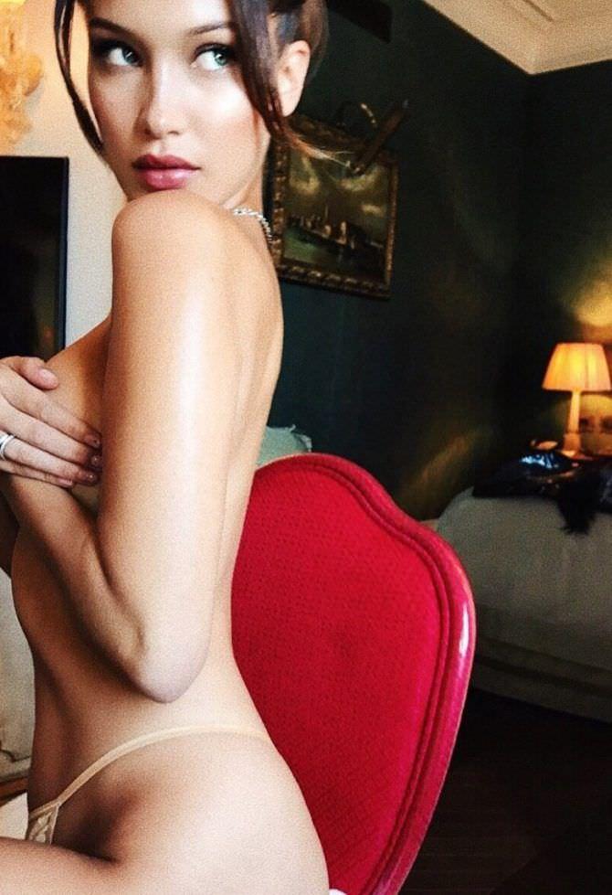 Белла Хадид фото на красном стуле