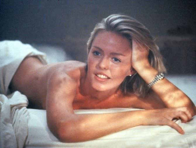 Пэтси Кенсит кадр в постели без одежды