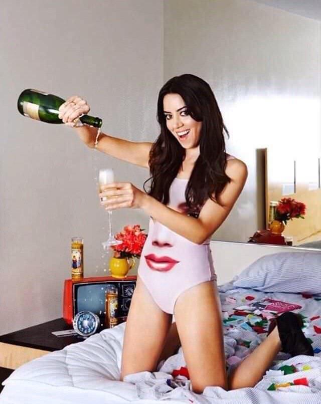 Обри Плаза фотография в купальнике с шампанским