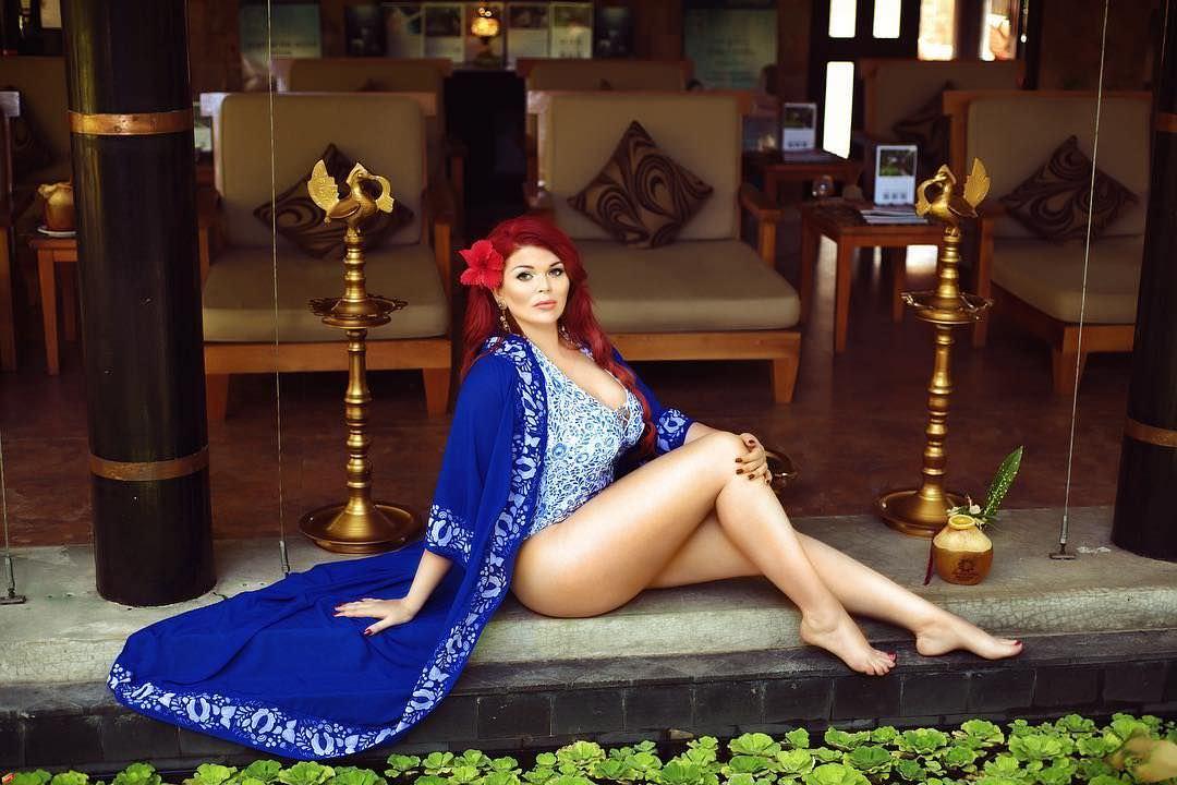 Юлия Рыбакова фото в синем халате