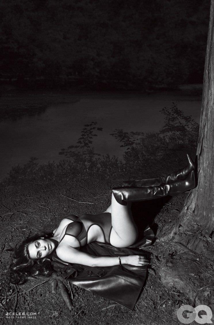 Ким Кардашян фото возле дерева