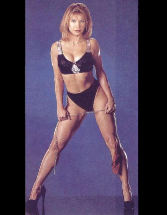 Синтия Ротрок фото в чёрном бикини