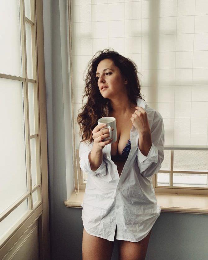 Мария Шумакова фотография в рубашке с чашкой