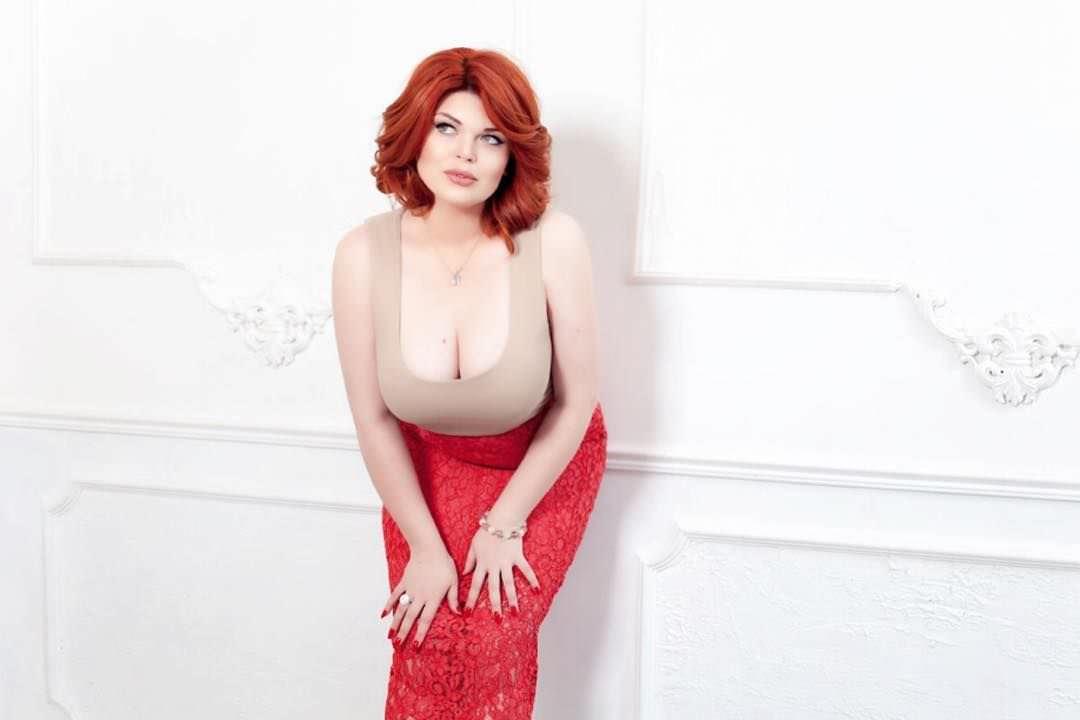 Юлия Рыбакова фото в красной юбке