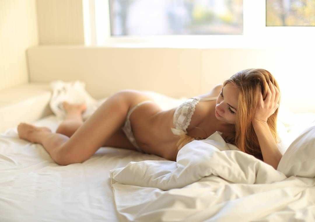 Яна Химченко фото в кровати