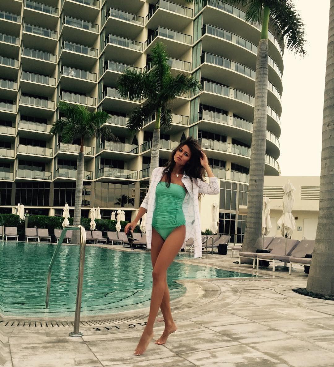 Анна Кастерова фото возле бассейна
