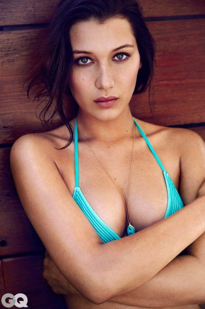 Белла Хадид фотография в gq голубом бикини