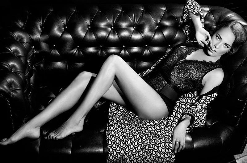Аглая Тарасова фотона диване