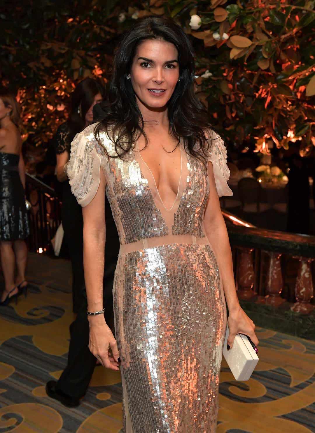 Энджи Хармон фото в платье